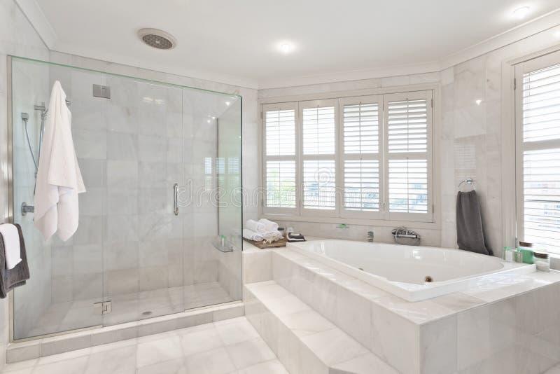 Cuarto De Baño Moderno Hermoso En La Mansión Australiana Imagen de ...