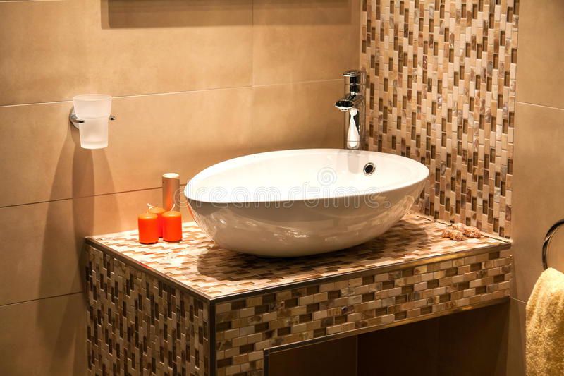 Cuarto de baño moderno hermoso en nuevo hogar de lujo fotografía de archivo
