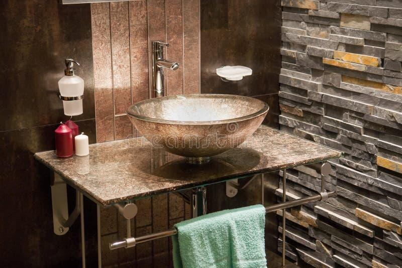 Cuarto de baño moderno hermoso en nuevo hogar de lujo imágenes de archivo libres de regalías