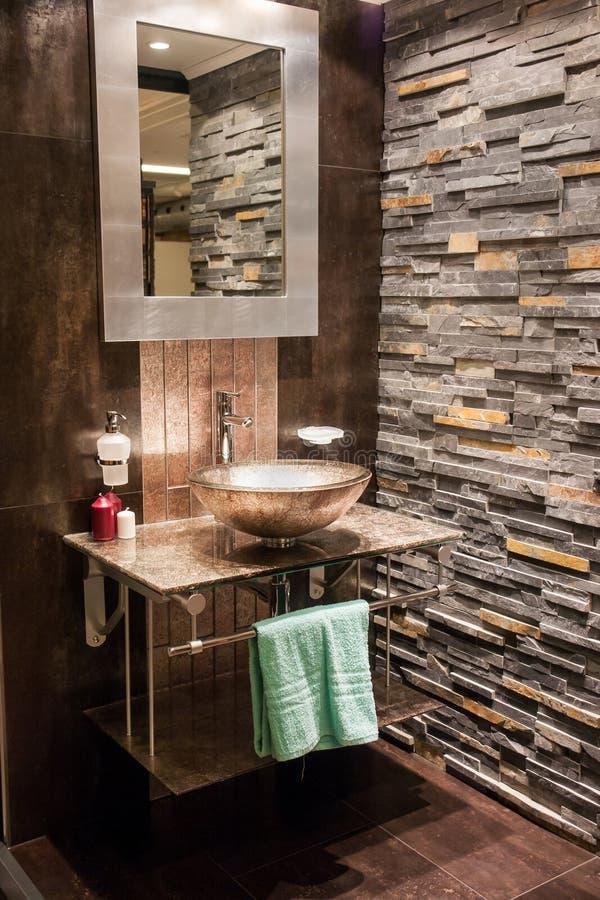 Cuarto de baño moderno hermoso en nuevo hogar de lujo imagen de archivo