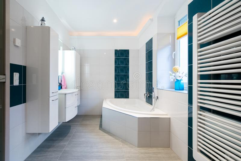 Cuarto de baño moderno - tejas blancas y azules brillantes - tiro horizontal de la calefacción de la bañera, del fregadero y de p fotos de archivo libres de regalías