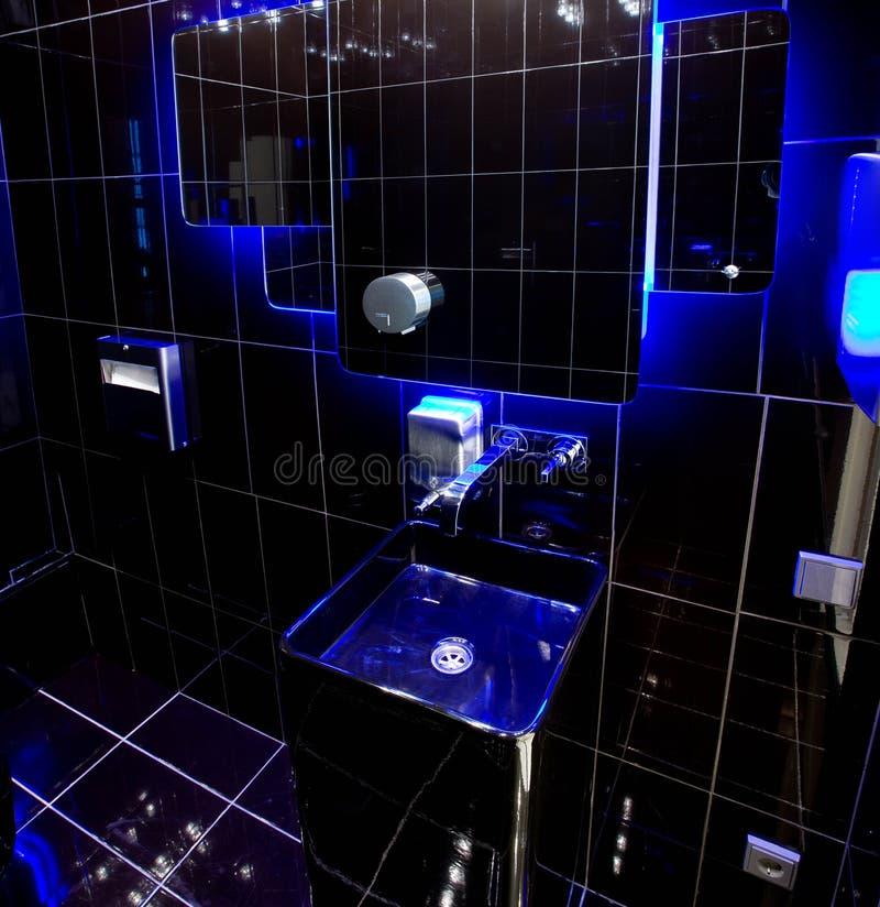 Cuarto de baño negro con retroiluminación azul fotos de archivo