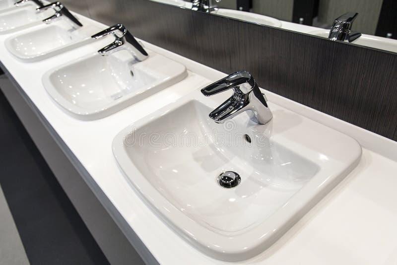 Cuarto de baño público imagenes de archivo