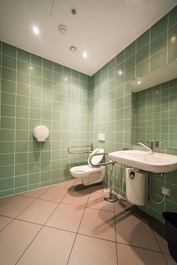 Cuarto de baño para el discapacitado fotos de archivo