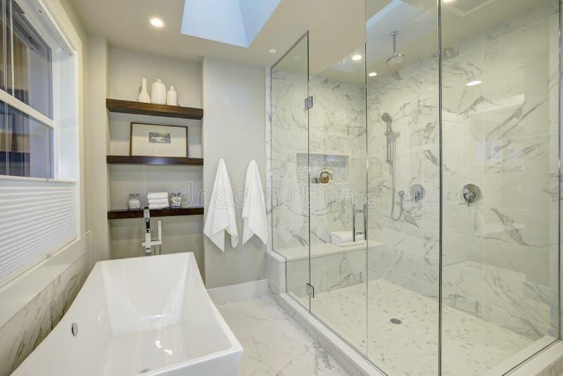 Cuarto de baño principal asombroso con la ducha sin llamar de cristal grande imágenes de archivo libres de regalías