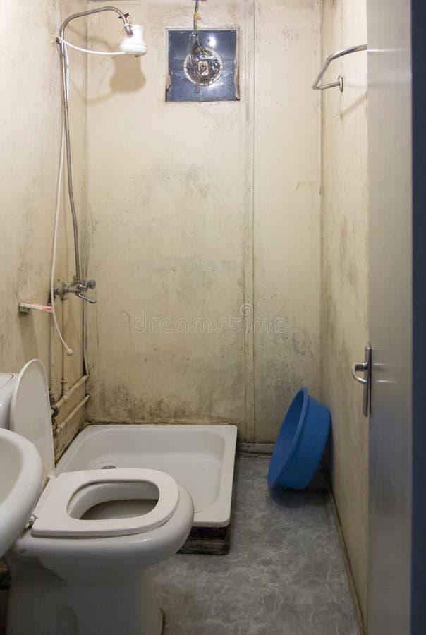 Cuarto de baño tremendo, asqueroso en África foto de archivo