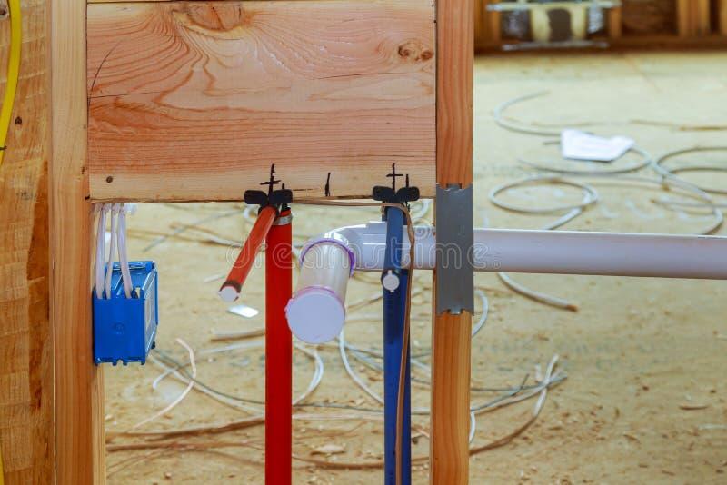 Cuarto de baño unfinishing la nueva instalación casera de sondear la casa instalada bajo construcción imagen de archivo