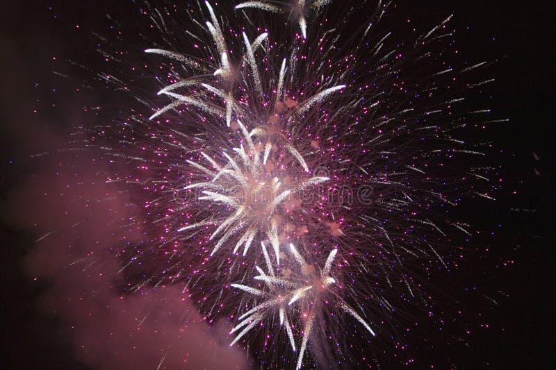 Cuarto de la celebración con los fuegos artificiales que estallan, Día de la Independencia, Ojai, California de julio imagen de archivo