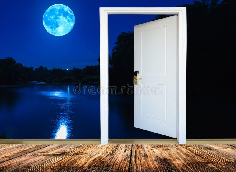Cuarto de la puerta abierta imagen de archivo