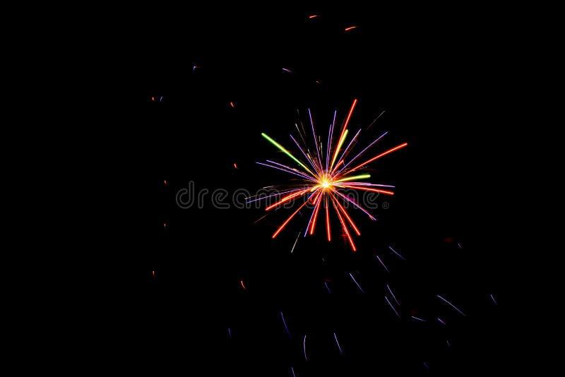Cuarto de los fuegos artificiales de julio en la noche foto de archivo