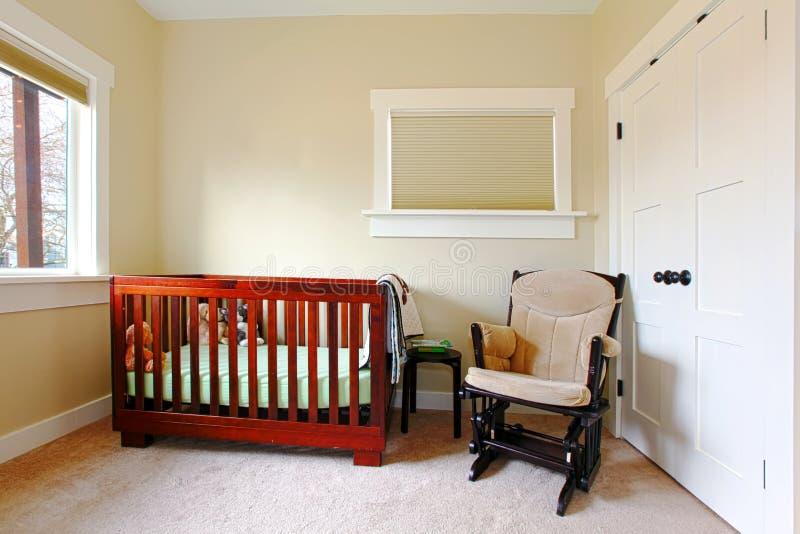 Cuarto de niños con el ajuste simple y las paredes beige. fotos de archivo libres de regalías