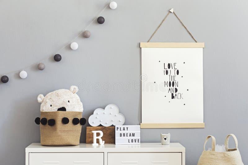 Cuarto de ni?os escandinavo elegante interior con mofa colgante encima del cartel, de los juguetes naturales, de los osos de pelu imagenes de archivo