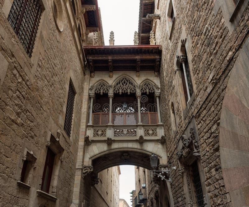 Cuarto gótico de Barcelona, Carrer del Bisbe imagen de archivo libre de regalías