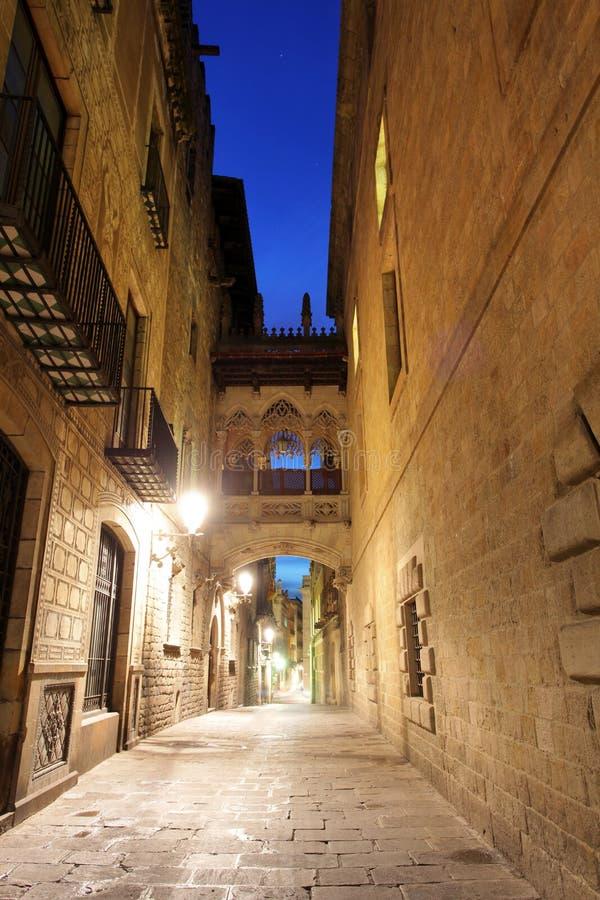 Cuarto gótico de Barcelona, Carrer del Bisbe fotografía de archivo libre de regalías
