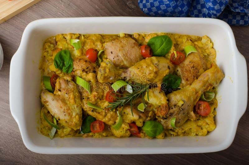 Cuartos asados del pollo con las verduras del curry imagenes de archivo