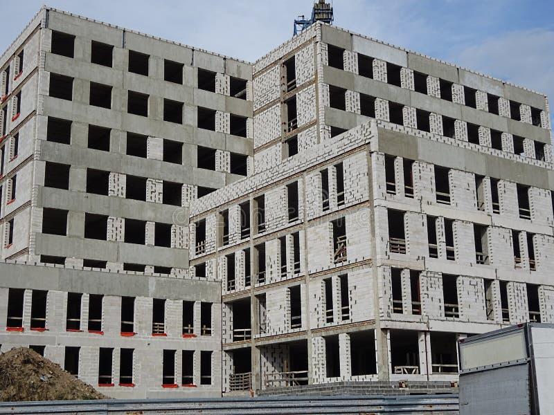 Cuartos vivos del edificio de apartamentos de la nueva oficina que construyen el objeto con muchos Windows de bloques y del proce foto de archivo libre de regalías