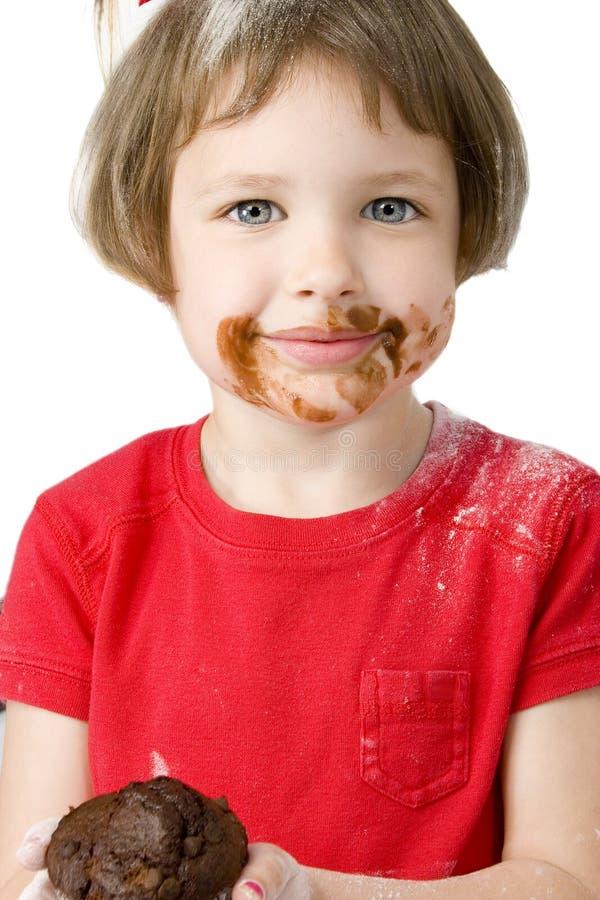 Cuatro años hermosos con el mollete del chocolate foto de archivo libre de regalías