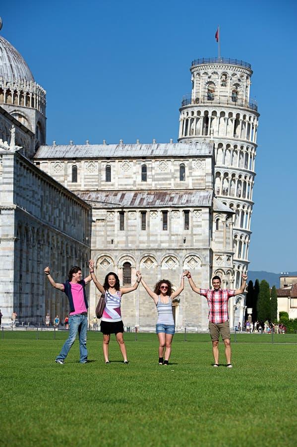 Cuatro amigos el vacaciones que visitan Pisa imágenes de archivo libres de regalías