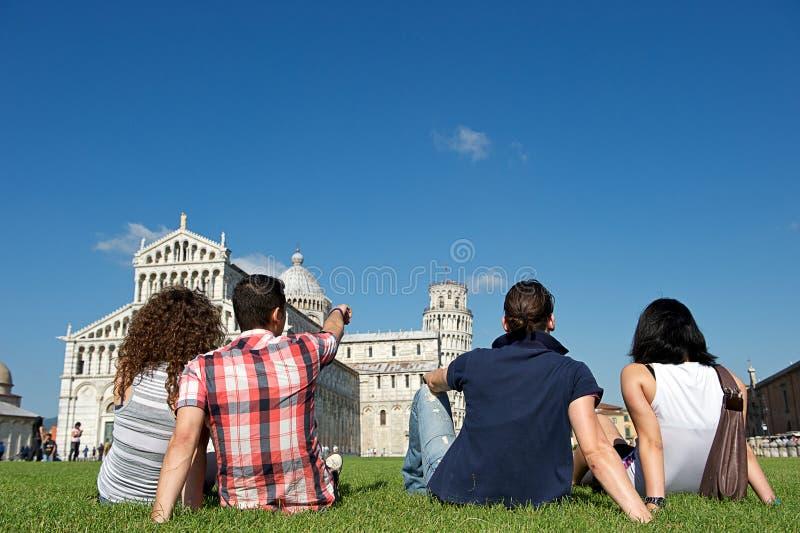 Cuatro amigos el vacaciones que visitan Pisa imagen de archivo libre de regalías