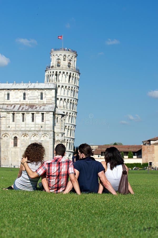 Cuatro amigos el vacaciones que visitan Pisa fotos de archivo libres de regalías