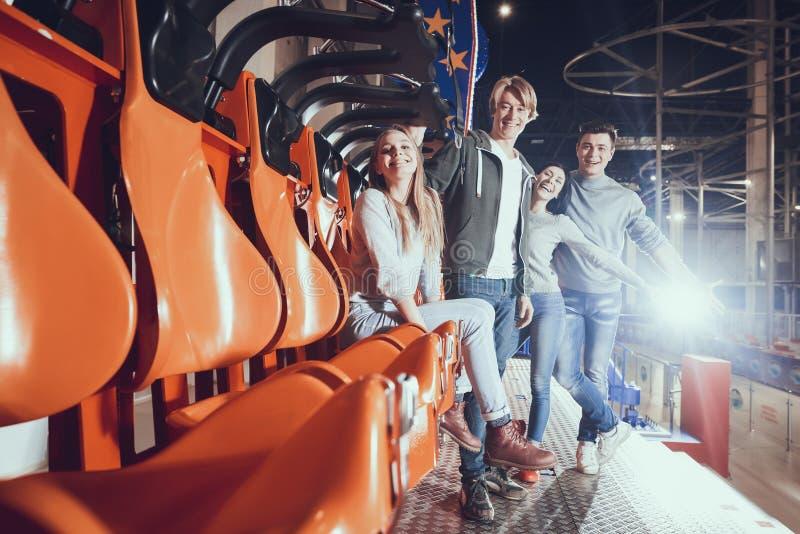 Cuatro amigos en parque de atracciones imágenes de archivo libres de regalías