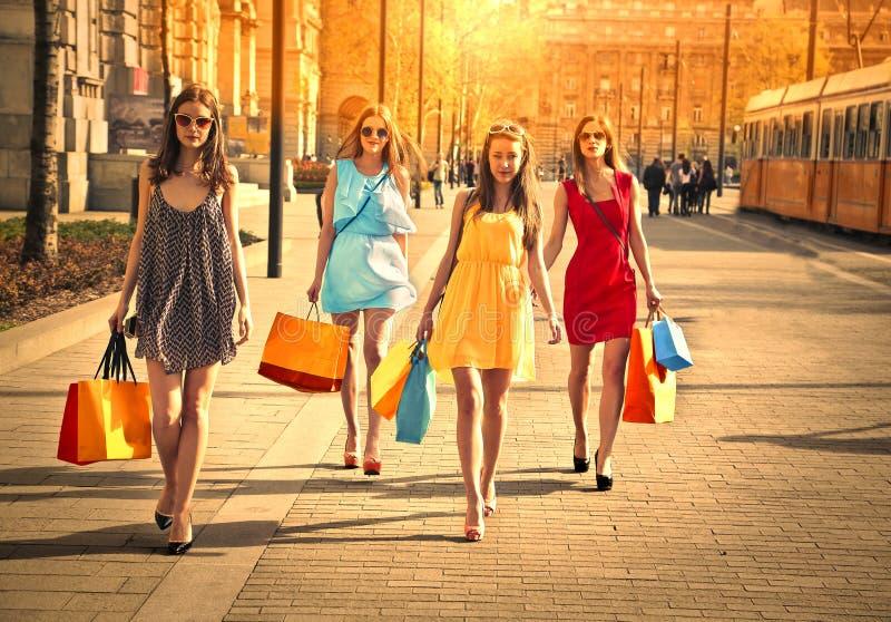Cuatro amigos que hacen compras fotografía de archivo