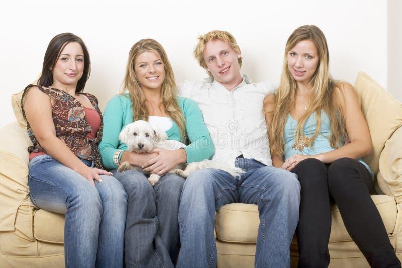 Cuatro amigos y un perro fotos de archivo libres de regalías