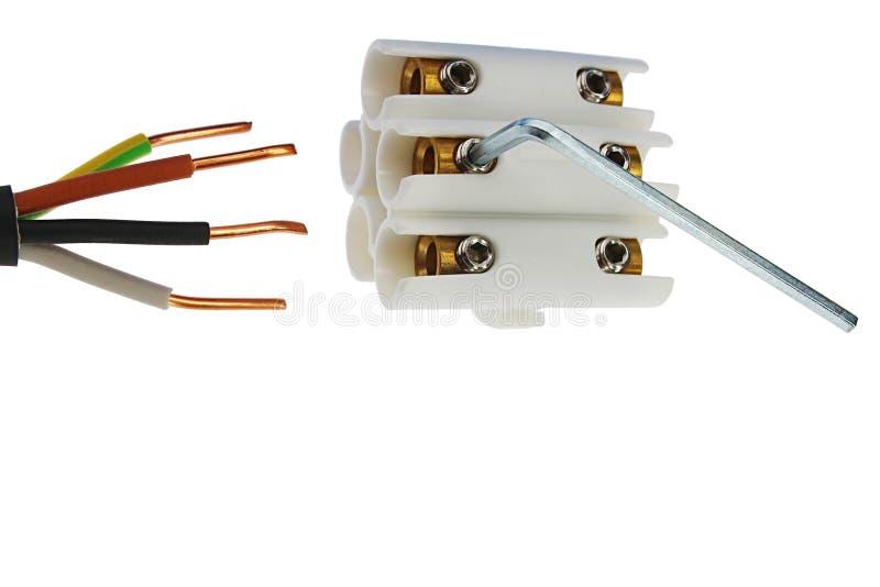 Cuatro ataron con alambre el cable eléctrico de cobre y la junta blanca plástica del cable con los zócalos y los tornillos de cob fotos de archivo libres de regalías