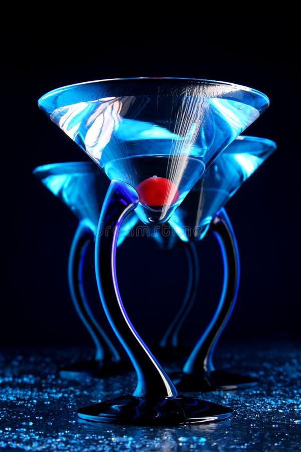 Cuatro azul martini con la cereza fotografía de archivo libre de regalías