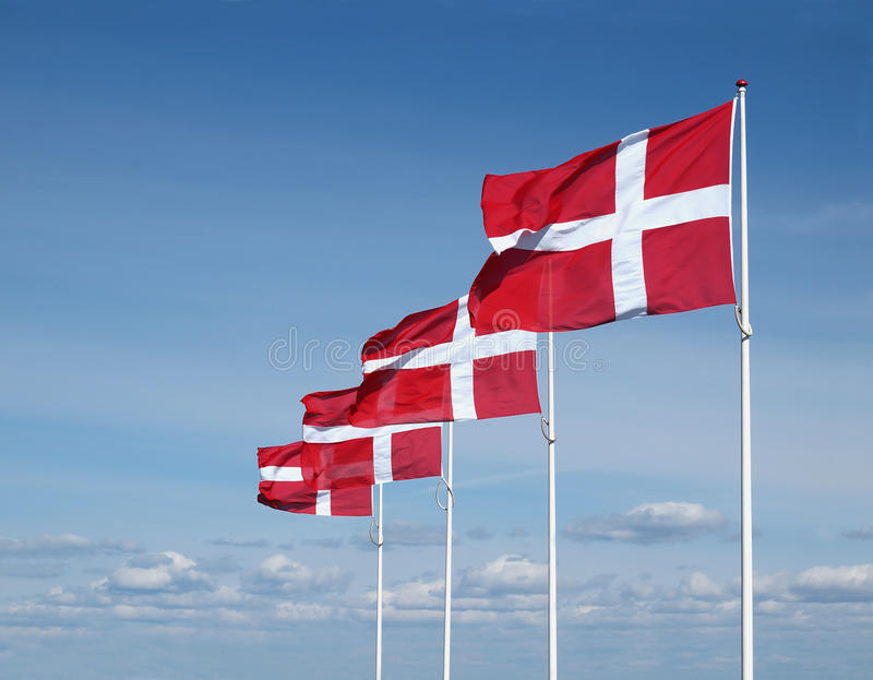 Cuatro banderas danesas de aleteo imagen de archivo libre de regalías
