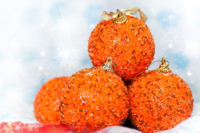 Cuatro bolas anaranjadas de la Navidad que brillan imágenes de archivo libres de regalías