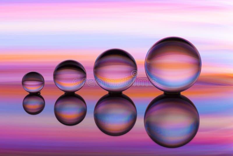 Cuatro bolas de cristal en fila con las rayas coloridas del color del arco iris detrás de ellas fotografía de archivo libre de regalías