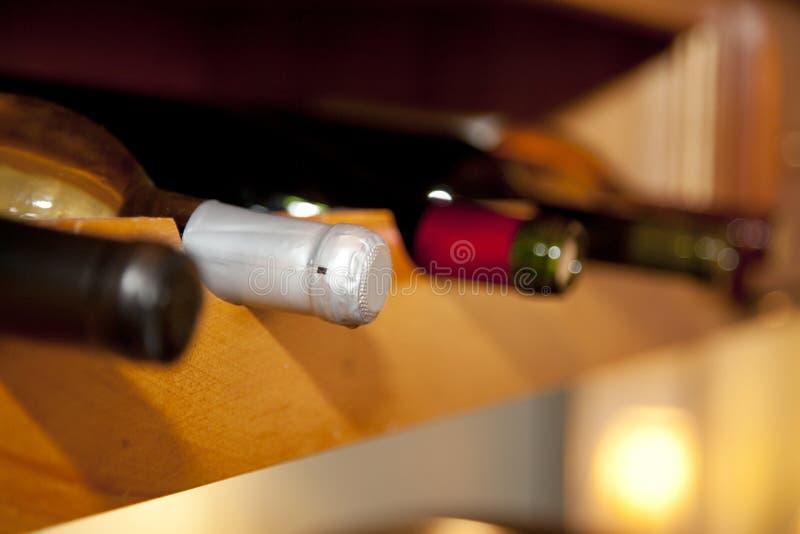 Cuatro botellas de vino en un sótano fotografía de archivo