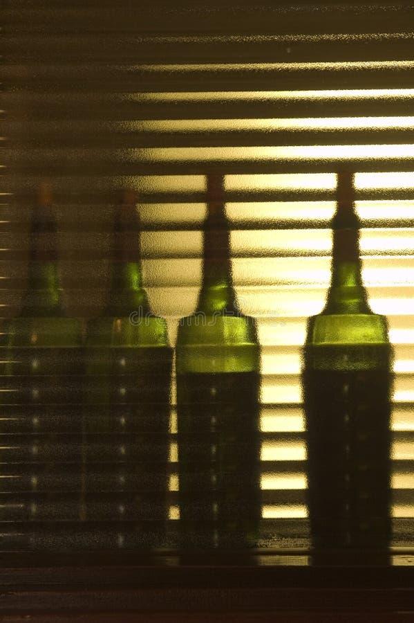 Cuatro botellas de vino para probar en el laboratorio fotos de archivo libres de regalías