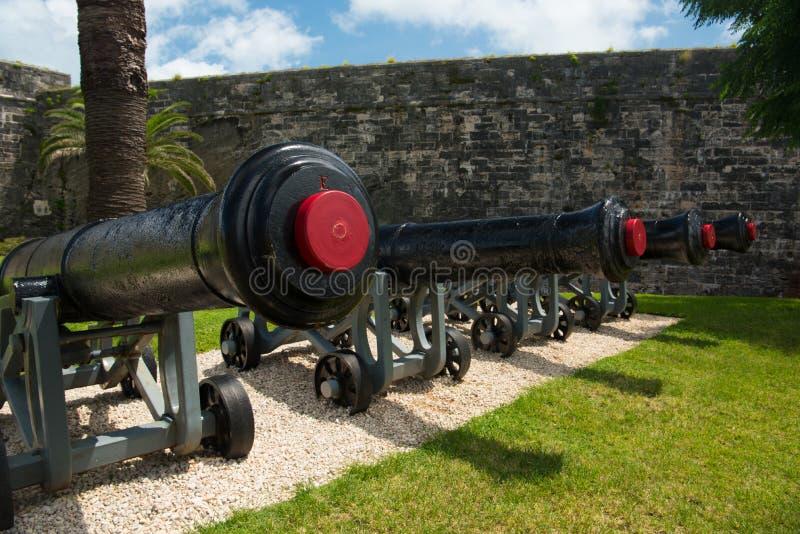 Cuatro cañones militares en los astilleros navales reales en Bermudas fotos de archivo