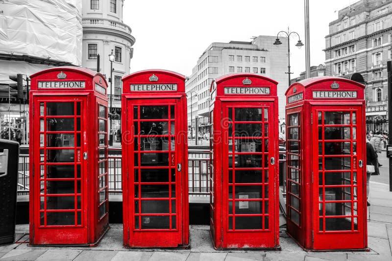 Cuatro cabinas de teléfonos rojas británicas tradicionales imágenes de archivo libres de regalías