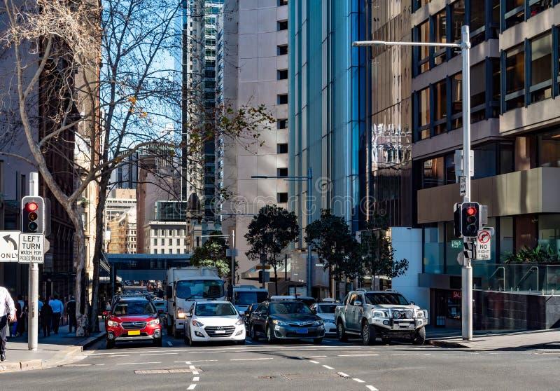 Cuatro carriles de los coches que esperan en los semáforos en Sydney céntrica imagenes de archivo