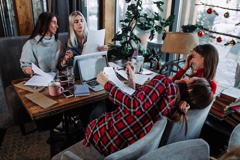 cuatro colegas que tienen una conversación durante la rotura imágenes de archivo libres de regalías