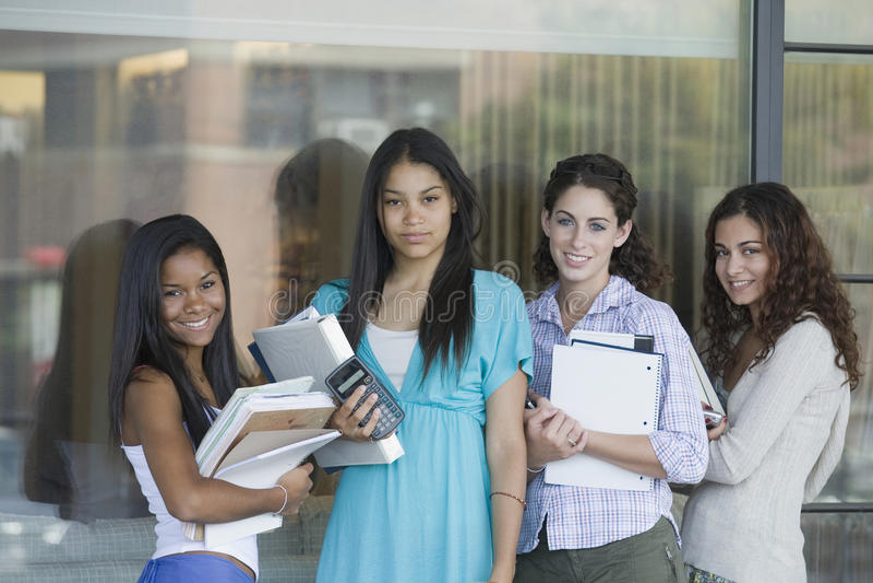 Cuatro colegialas listas para la clase. foto de archivo libre de regalías