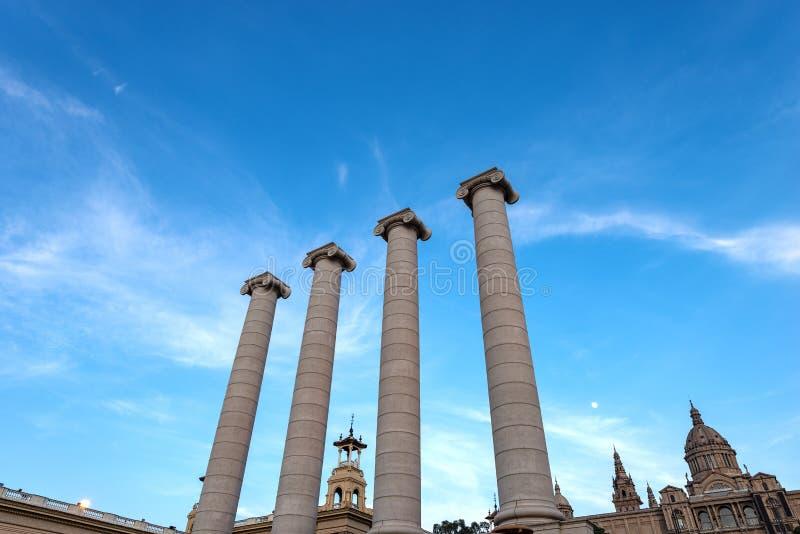 Cuatro columnas con los capitales iónicos - Barcelona España imagen de archivo