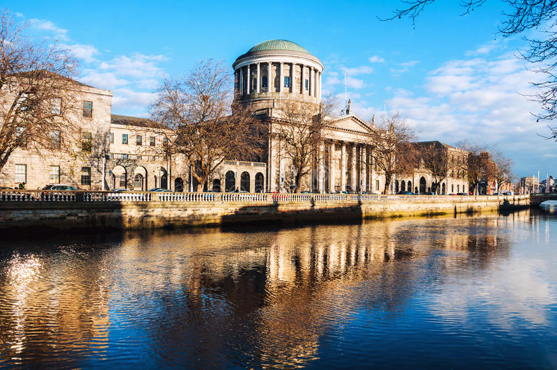Cuatro cortes que construyen en Dublín, Irlanda imagen de archivo