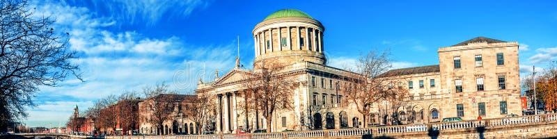 Cuatro cortes que construyen en Dublín, Irlanda con el río Liffey foto de archivo libre de regalías