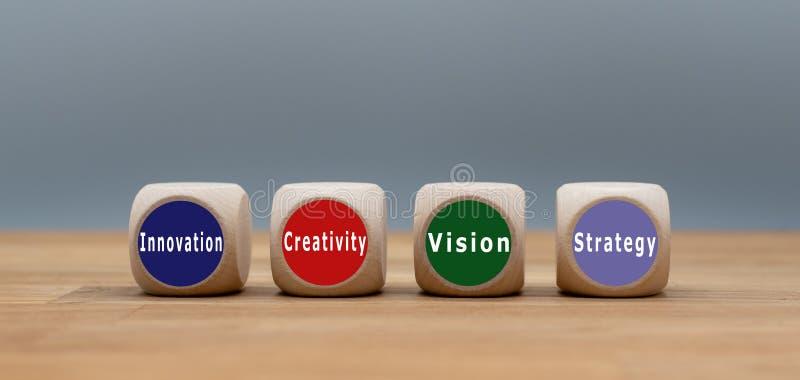 Cuatro cubos con el texto 'innovación, creatividad, visión y estrategia ' imágenes de archivo libres de regalías