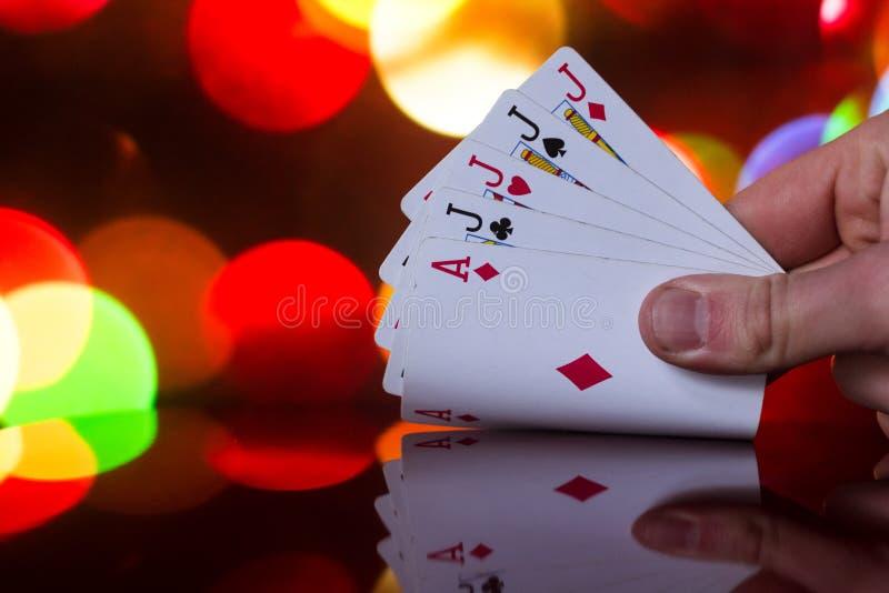 Cuatro de un póker de la clase carda la combinación en juego de tarjeta borroso de la fortuna de la suerte del casino del fondo foto de archivo libre de regalías