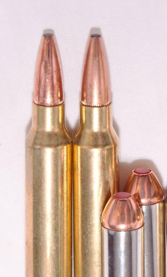 Cuatro diversas balas, a 300 botellas dobles de Winchester para un rifle y 44 specials para una arma de mano fotos de archivo libres de regalías