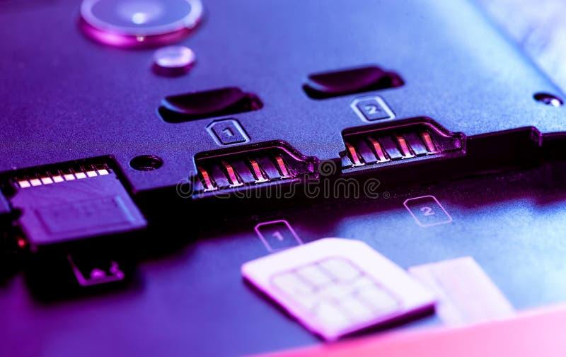 Cuatro el Pin G/M SIM Card micro con de oro entra en contacto con el conector en el zócalo dual Smartphone de la ranura imágenes de archivo libres de regalías