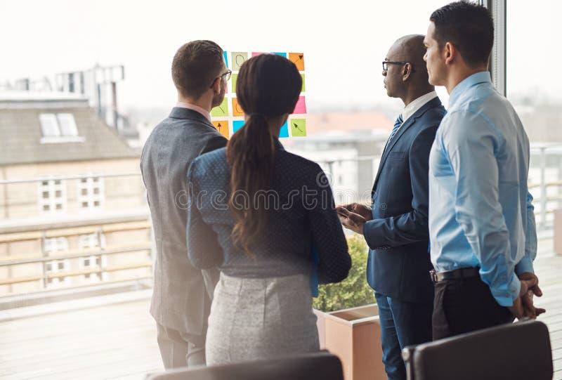 Cuatro empresarios multirraciales diversos fotos de archivo