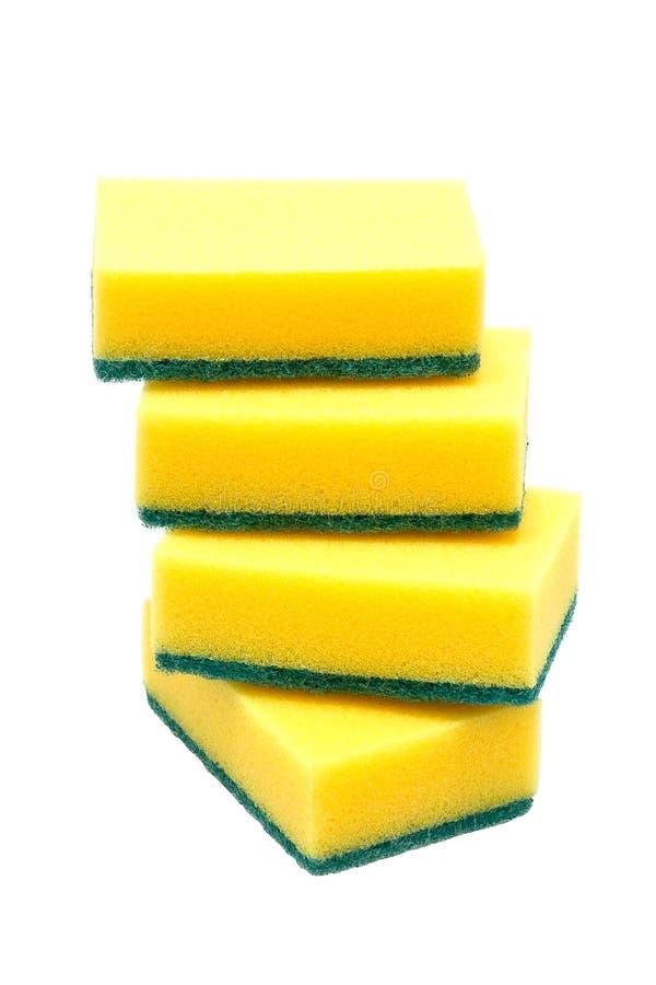 Cuatro esponjas de la cocina para los platos que se lavan en el fondo blanco fotos de archivo libres de regalías