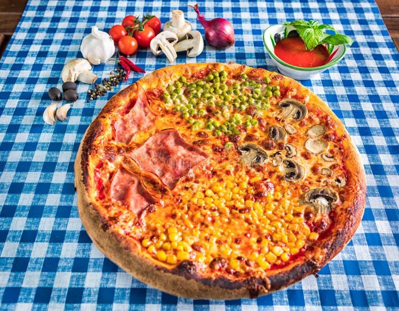 Cuatro guisantes del maíz dulce del jamón de las estaciones y pizzas de la seta imagenes de archivo