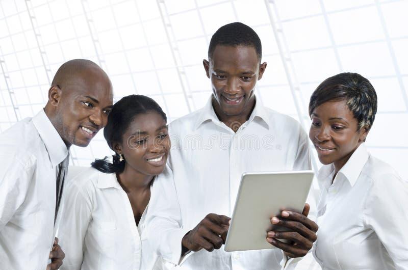 Cuatro hombres de negocios africanos con la tableta fotografía de archivo libre de regalías